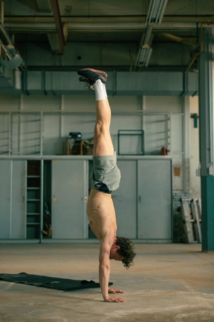 handstand oefeningen lichaamsgewicht